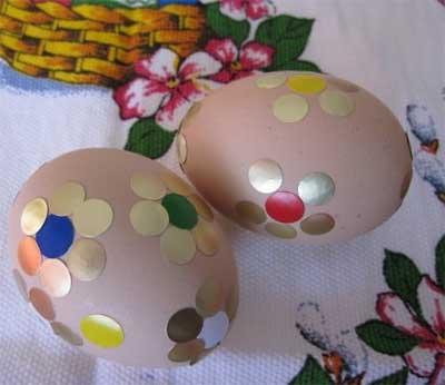 В этих яичках использовали малярную ленту - вырезаем орнамент, обклеиваем, прокрашиваем открытые участки уже цветного...